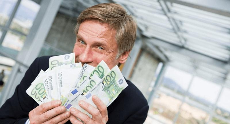 お金をもらって喜ぶ男性 イメージ